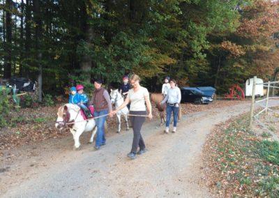 Die Kinder freuen sich über einen Spaziergang mit den Ponys