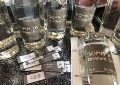 Abfüllen und etikettieren von Gin Somm 16